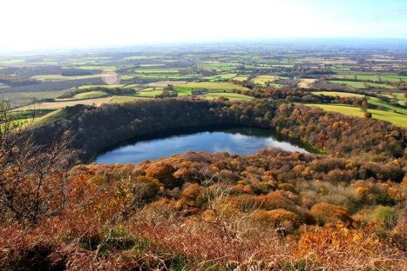 Gormire_Lake_from_the_Cleveland_Way,_near_Whitestonecliffe, Paul Buckingham, georgraph.co.uk/Wikimedia Commons.
