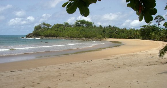 Busua beach, Ghana © aripeskoe Wikimedia