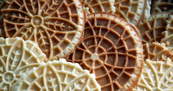 Pizzelle Abruzzo Christmas biscuit by © Steve Snodgrass, Wikimedia Commons