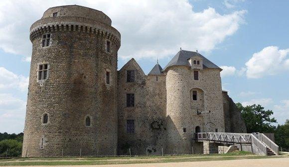 Château de St-Mesmin by Gardien Ancestral, Wikimedia Commons