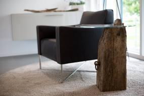 Beistelltisch aus einem Stück Altholz mit einer Glasplatte, welche durch den über 100 Jahre alten Zapfen verbunden ist.