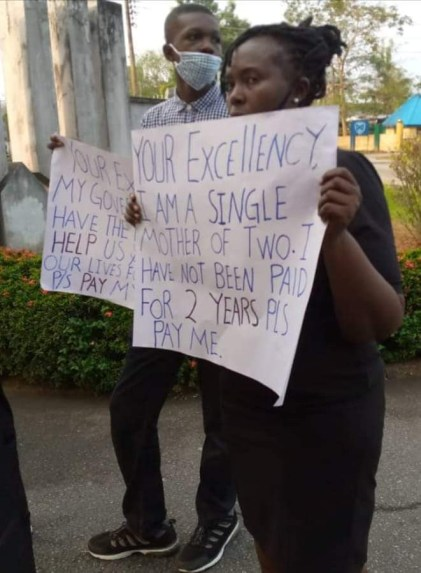 Magistrate And Her Two Children Protest In Front Of Gov Ayade's Office Over Non-Payment Of 2-Year Salary