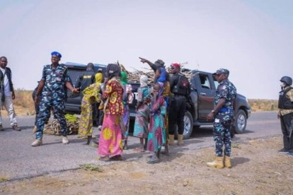 Gov Zulum Stops His Convoy To Help Women Gathering Firewood