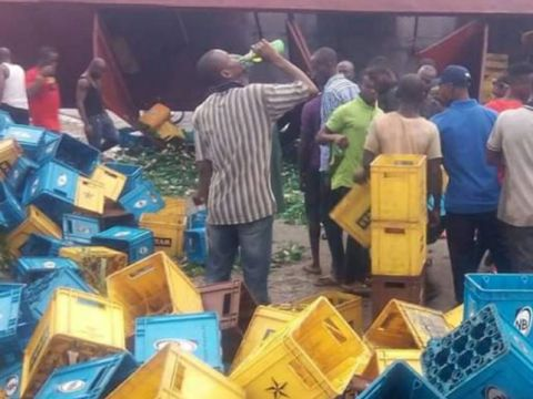 Truckload Of Beer Crashes In Akwa Ibom As Residents Get Free Beer