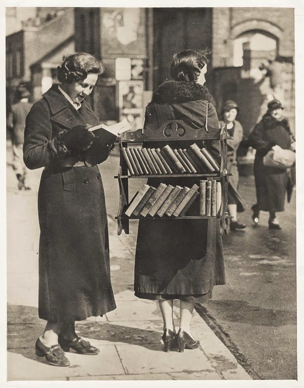 Walking library, London, 1930s (VSW Soibelman Syndicate News Agency Archive)