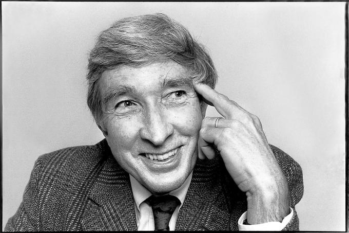 """Humans of New York"" Creator Brandon Stanton Reads John Updike's Playful and Profound Ode to the Neutrino Artes & contextos updike"