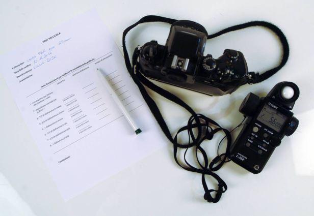 Strumenti per eseguire il test pellicola, NIKON F4, esposimetro SEKONIC DUALMASTER e scheda test pellicola per identificare la capacità di registrare le ombre alle diverse sensibilità