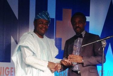 Dr Leke Pitan presenting the Award to PathCare Nigeria