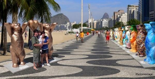Ursos simp225ticos invadem a Praia do Leme no Rio de