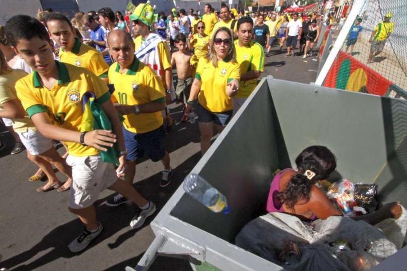 Mujer en la basura en las inmediaciones del estadio Castelão de Fortaleza, en Brasil. Foto: Edimar Soares