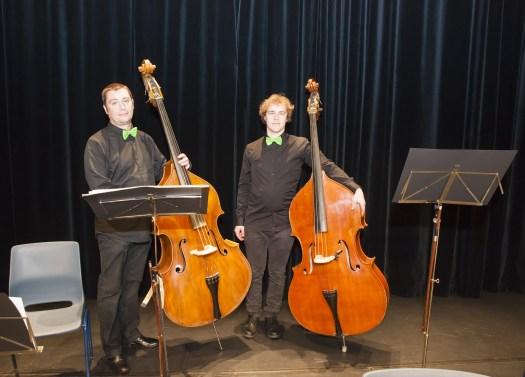 De twee contrabassen van het Brasschaats Mandoline-Orkest