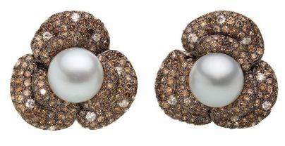 Luxuriöse Ohrringe aus 18k geschwärztem Weißgold mit weißen und cognacfarbenen Brillanten und Südsee-Zuchtperle. Von Catherine Sauvage
