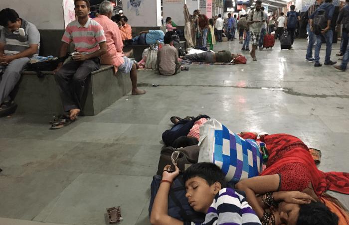 インドの駅で寝る人