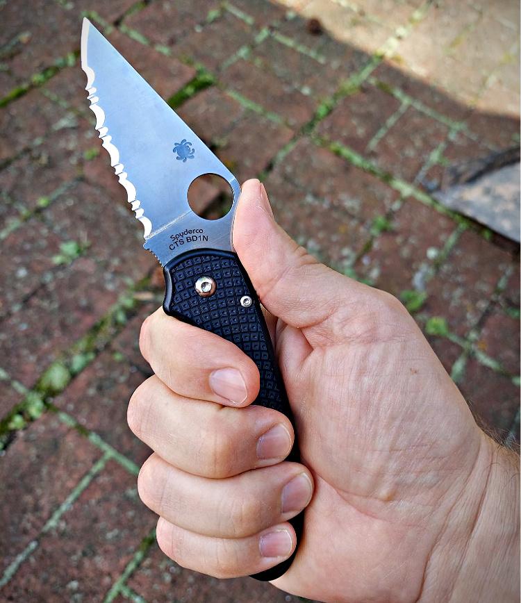 Spyderco Para 3 forward grip.