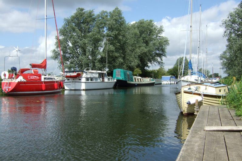 View across the Chelmer canal to where my parents kept their sailboat. Copyright © 2007 Gary Allman, all rights reserved.