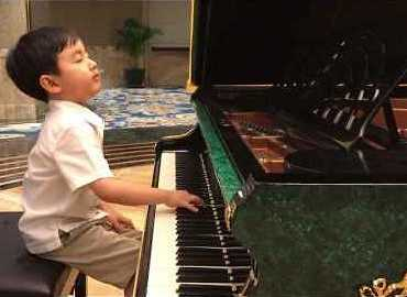 Five-Year-Old Piano Prodigy Puts On Amazing Performance