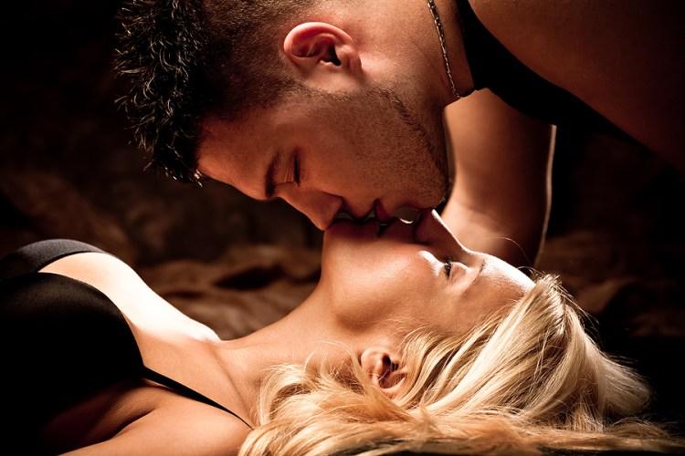 жаркий поцелуй мужчины между ног фото - 6
