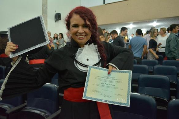 Eu, o diploma e meu cabelo arrumado graças às indicações via rede social