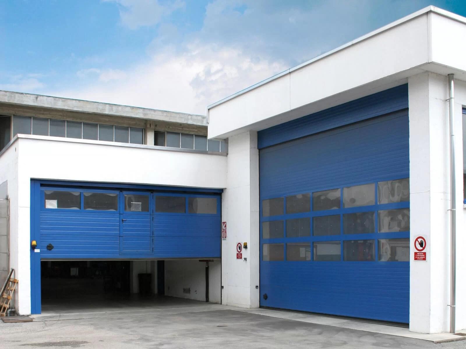 Portone sezionale industriale SECURA - Stucco blu RAL 5010 Visa porta pedonale
