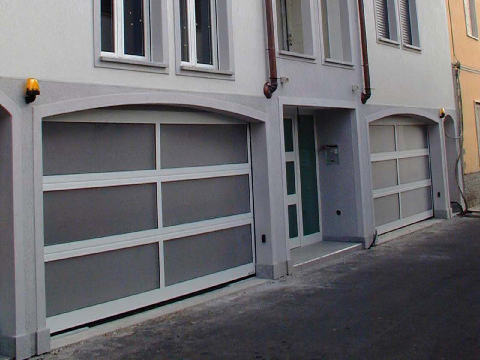 Portone sezionale vetrato LUX - Ossidato naturale con griglia di ventilazione
