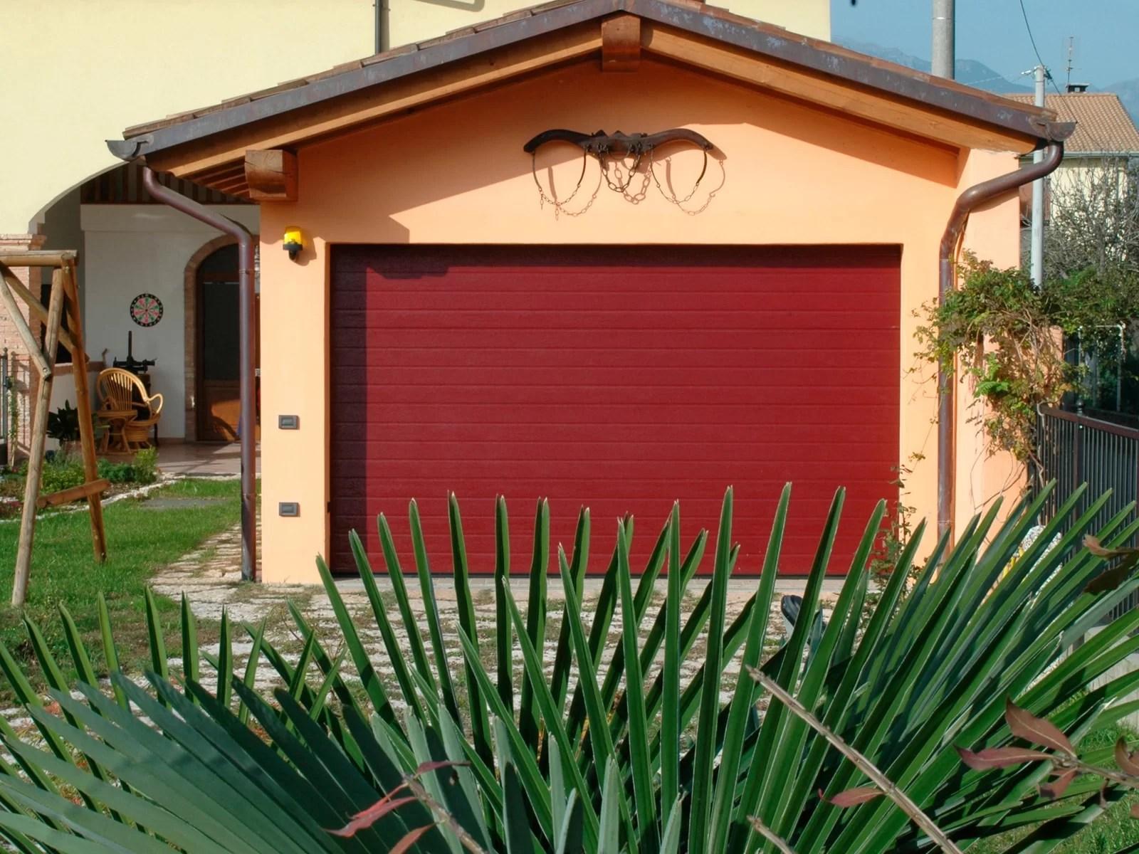 Portone sezionale da garage ARES - Woodgrain rosso RAL