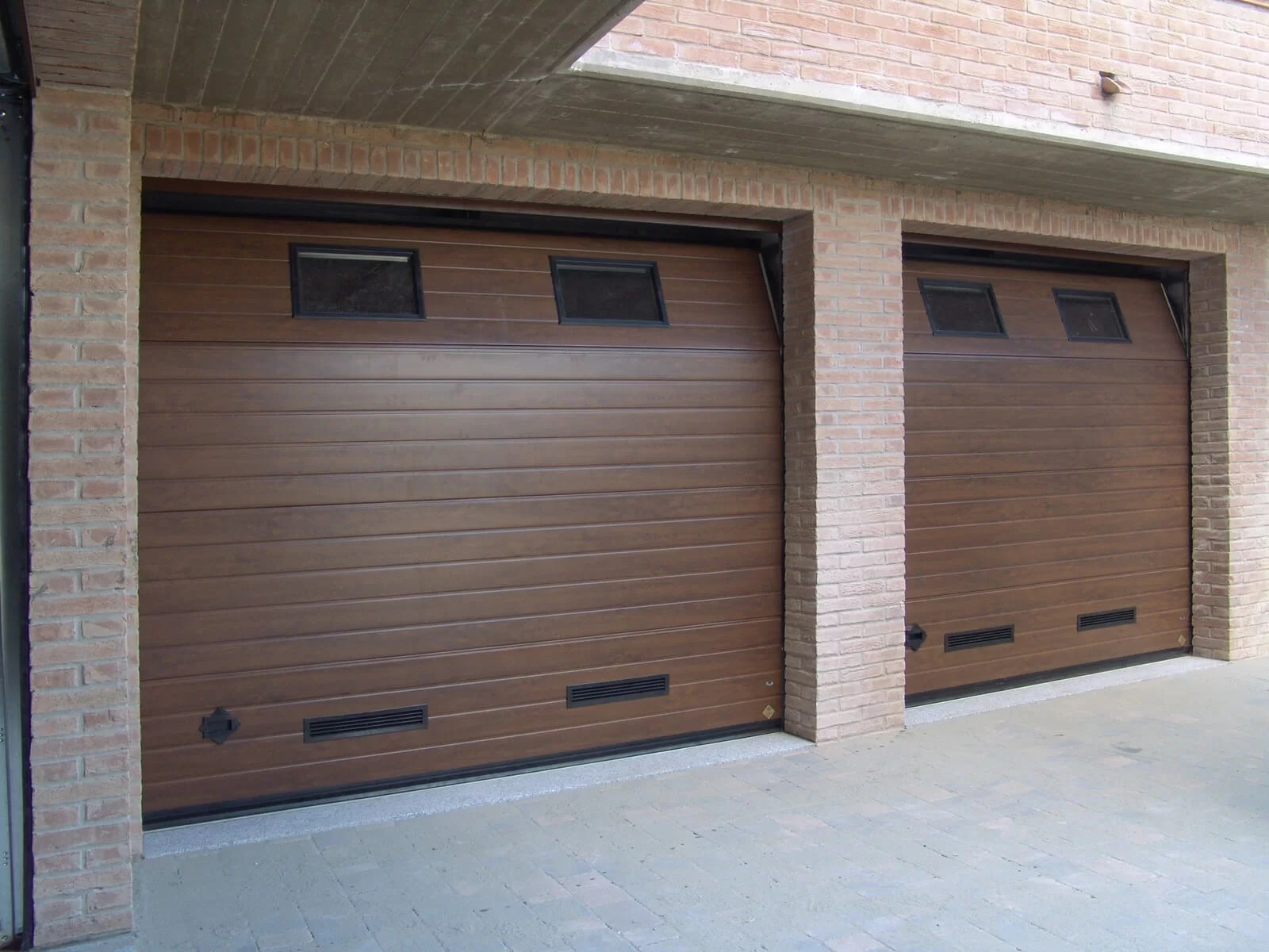 Portone sezionale da garage CUPIS - Simil legno noce