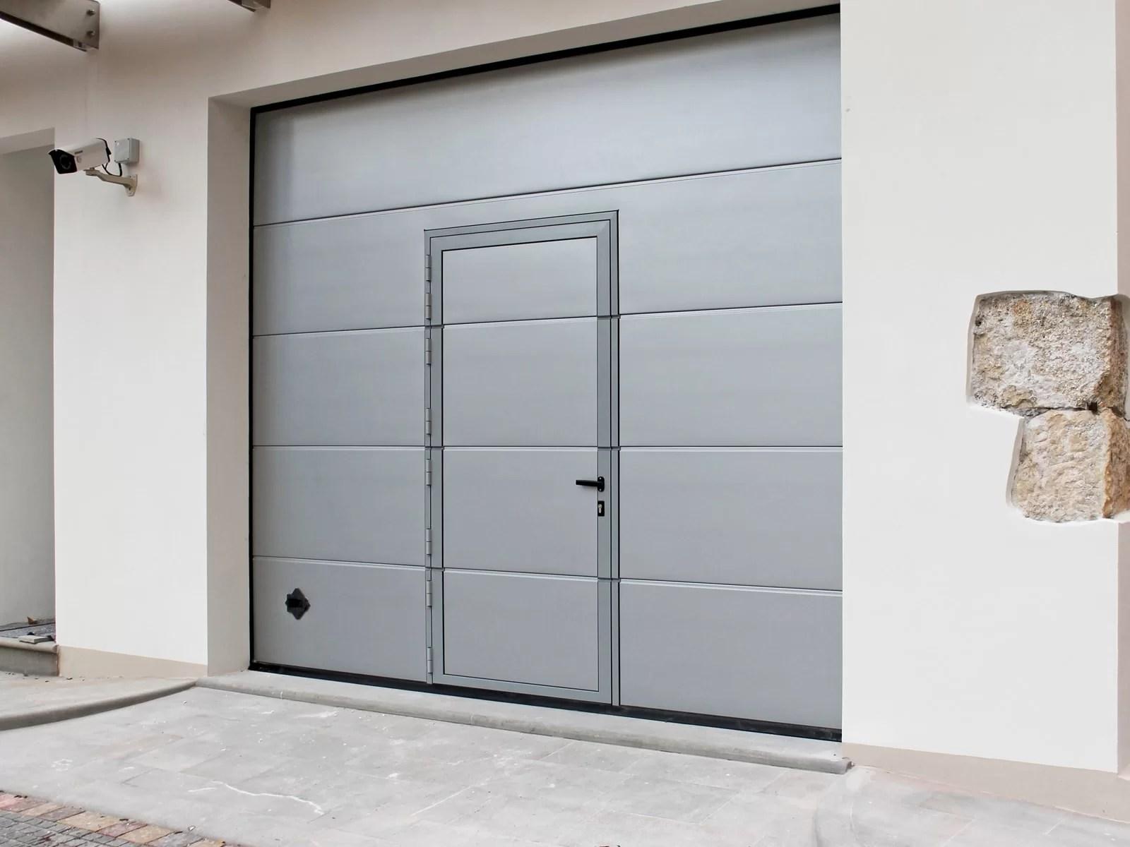 Portone sezionale da garage PERSUS - Liscio grigio 9006 porta pedonale ribassata