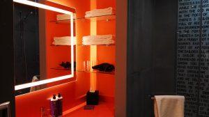Totaal niet iets wat ik thuis zou willen, maar wat een gave badkamer. En het toilet zat achter een aparte deur: hoera!