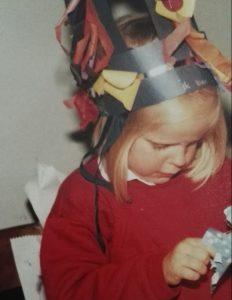 Mét een mooie kroon op, in opperste concentratie cadeaus uitpakken (1984)