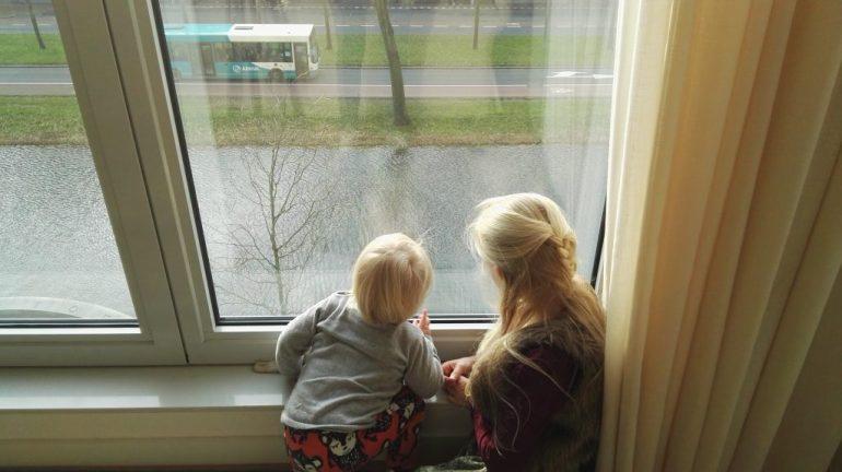 Het grote raam is voor iedereen een favoriete plek bij opa en oma thuis. Kijken naar de bussen en de mensen die voorbijwandelen.