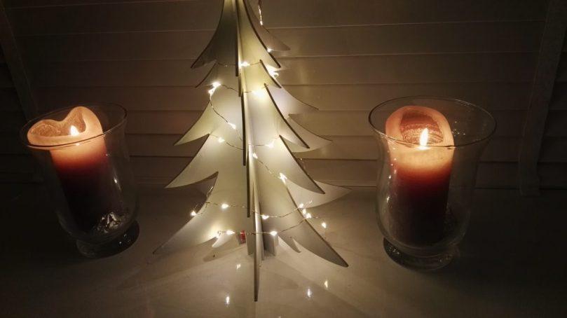 We waren te moe om de kerstboom op te zetten, maar ik heb al wel dit kleine exemplaar voor het raam gezet. Een bouwpakketje van de Action, dat ik wit heb gespoten. Love it!