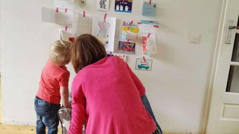 Tante Suus kwam nog gezellig even knuffelen en een cadeautje brengen. Samen bekeken ze alle mooie verjaardagspost die we op de muur hadden geplakt.