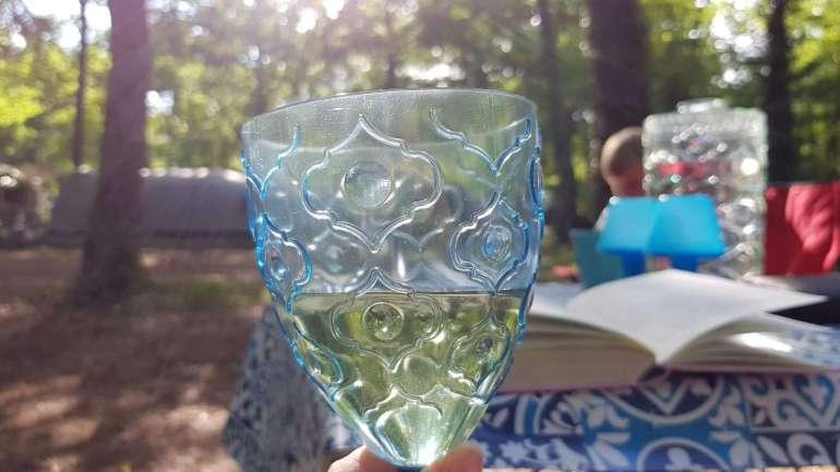 eerste wijntje op de camping bregblogt.nl