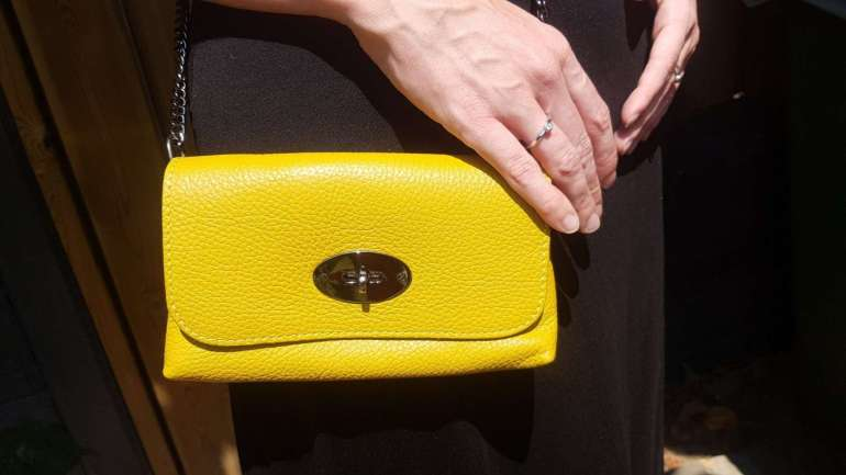 Duifhuizen tassen en koffers crossbody tas geel closeup bregblogt.nl