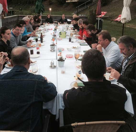 Seegasthof Breineder – große Tafel mit Gästen