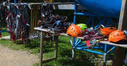 Helme und Gurte liegen bereit im Kletterpark am Katschberg - Familienurlaub Österreich
