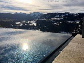 Der Infinity-Pool mit Blick auf die Alpen