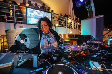 DJ Hildegard in Action - Bildquelle: TUICruises