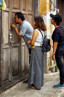 Urlaub in Thailand - Neugierige Touristen, Sukhapiban-Road, Foto Martin Cyris