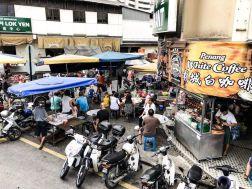 Mittags ist Rush Hour an den zahlreichen Food Ständen