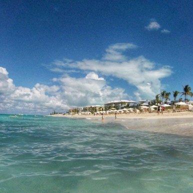 Blick vom Meer auf das Resortgelände