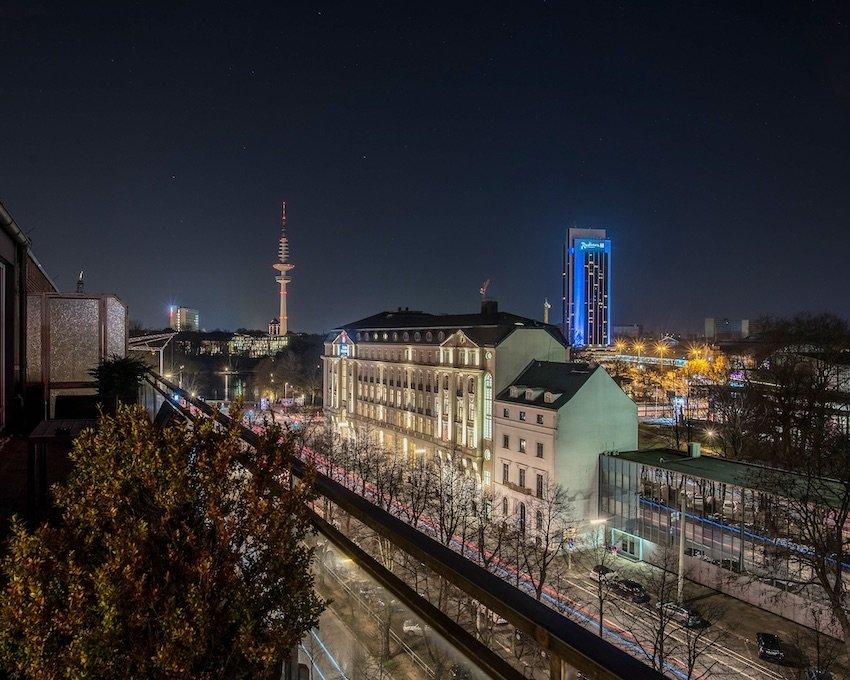 Nächtlicher Blick auf Radisson Hotel und Fernsehturm
