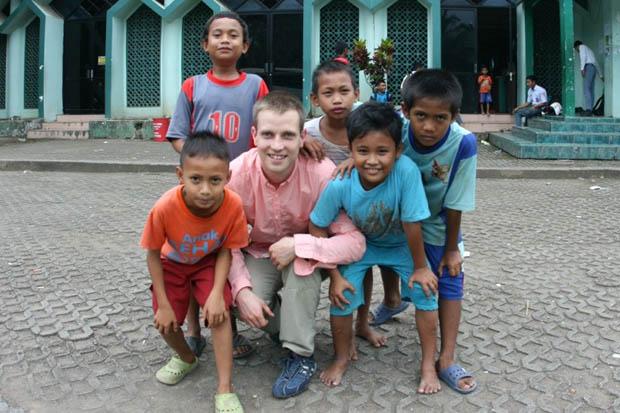 Mit einheimischen Kindern in Indonesien