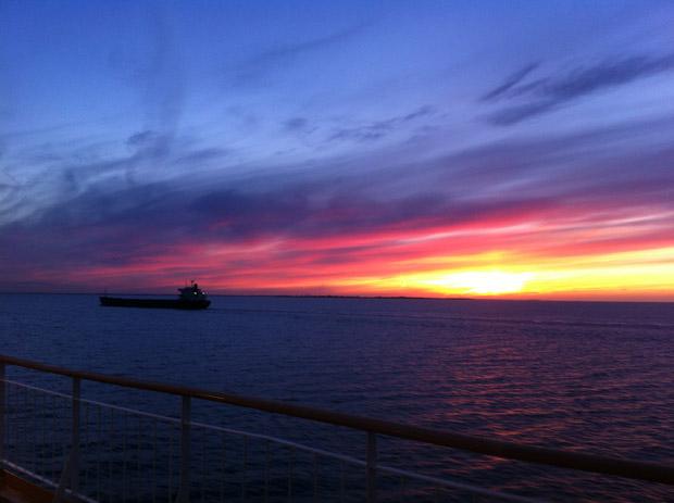 Sonnenaufgang vor der Küste Dänemarks.