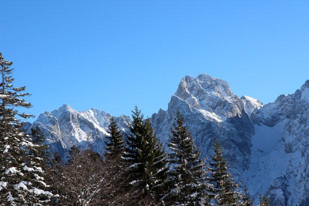 Die imposante Ellmauer Halt (rechts) mit dem Kopftörlgrad und den Karlspitzen (links)