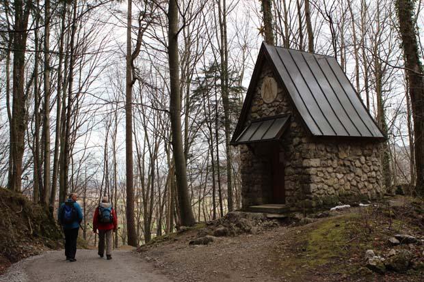 Vorbei an einer kleinen Kapelle geht es bergauf