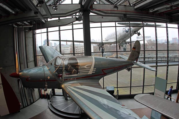 Eine Arado Ar 79 mit der draußen hängenden C47