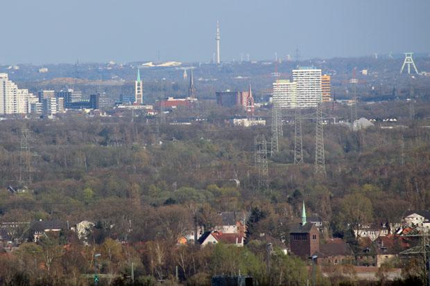 Mittig befindet sich die Innenstadt von Gelsenkirchen, rechts das Bergbaumuseum in Bochum