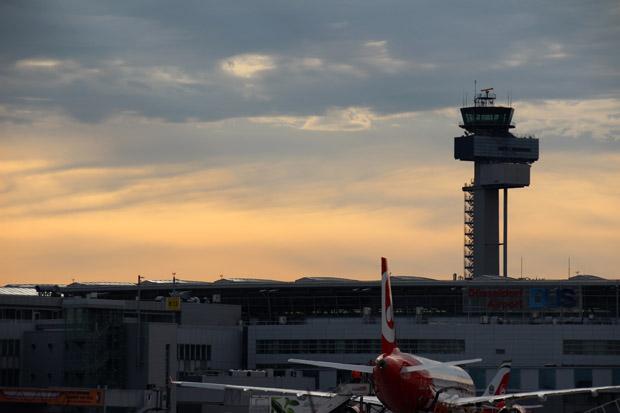 Als ich am Flughafen Düsseldorf ankomme, geht dort gerade die Sonne auf