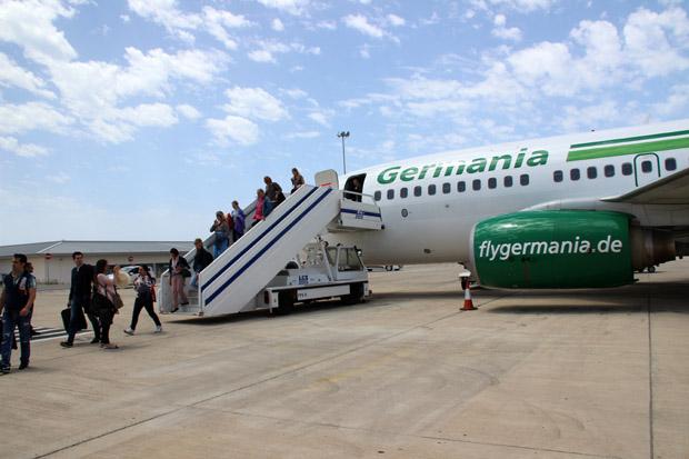 Die aus Düsseldorf gekommenen Passagiere verlassen das Flugzeug